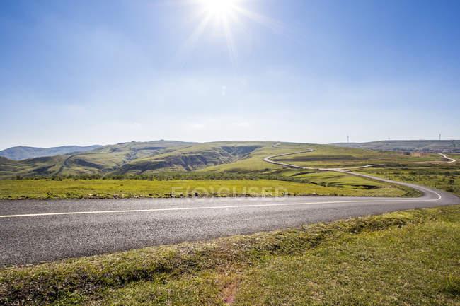 Сільська дорога grassland пейзажем в провінції Хебей, Китай — стокове фото