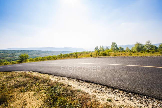 Estrada rural em paisagem de pastagens na província de Hebei, China — Fotografia de Stock