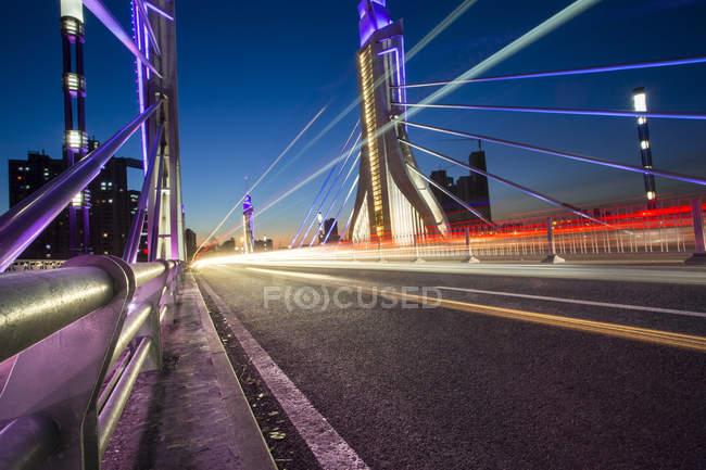 Scena urbana di Beijing contemporanea bridge di notte — Foto stock