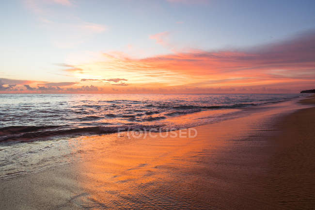 Lever de soleil sur la mer en Thaïlande — Photo de stock
