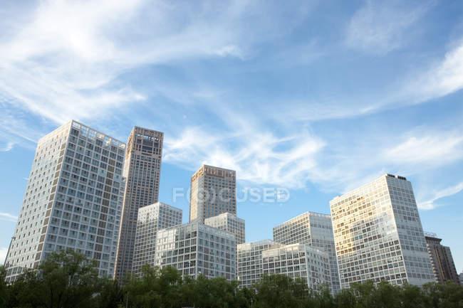Vista de ángulo bajo de edificios centro en Beijing, China - foto de stock
