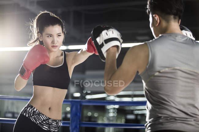 Обучение боксеров в Азии с тренером — стоковое фото