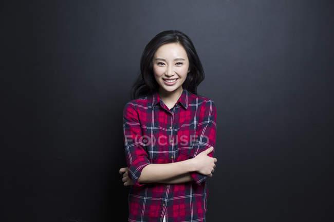 Ritratto di donna asiatica sorridente su sfondo nero — Foto stock