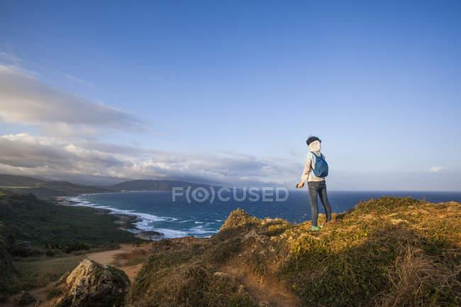 Vista posteriore del turista in piedi sulla montagna nel Parco nazionale di Kenting, Taiwan — Foto stock