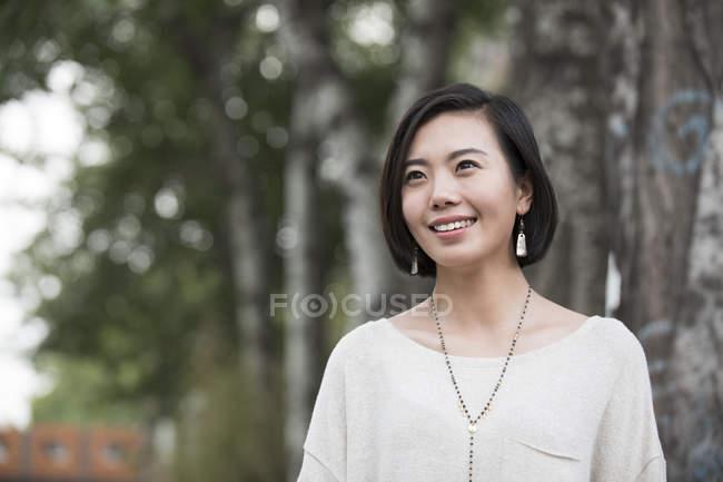 Giovane donna cinese guardando lontano all'aperto — Foto stock