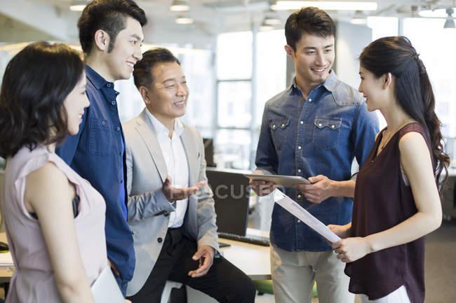 Команда китайський ділових людей обговорення працювати у зустрічі — стокове фото