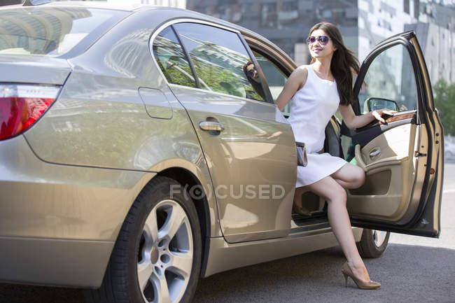 Donna cinese uscendo stato macchina — Foto stock