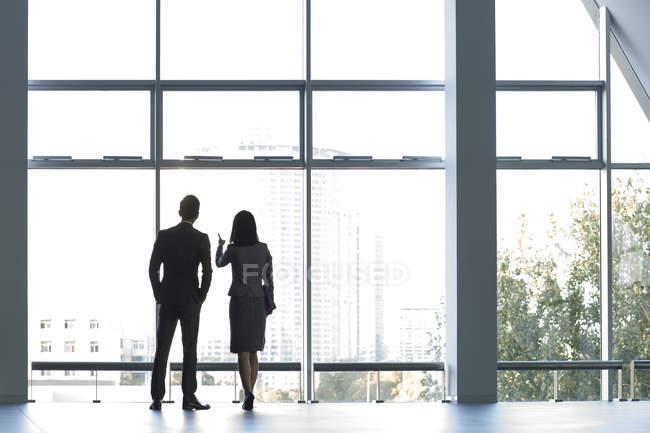 Chinesische Geschäftsleute blicken durch Fenster — Stockfoto