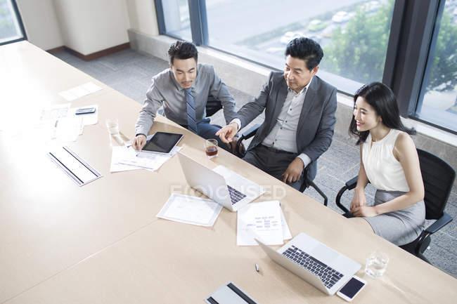 Азиатские бизнесмены разговаривают в конференц-зале — стоковое фото
