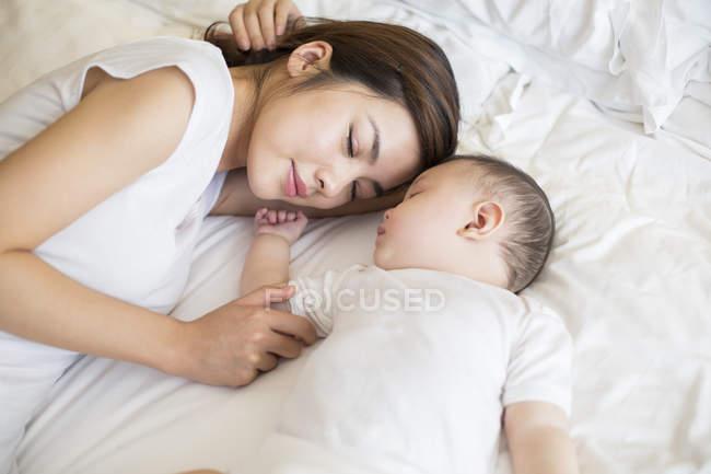 Chinesischen Mutter Und Sohn Zusammen Im Bett Schlafen Schläfrig