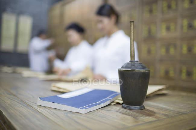 Китайський лікарів у традиційній медицині фармації з Ступка на передньому плані — стокове фото