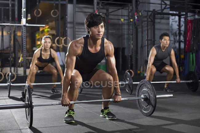Chinesischen Athleten Aufhebung Hanteln im Fitnessstudio — Stockfoto