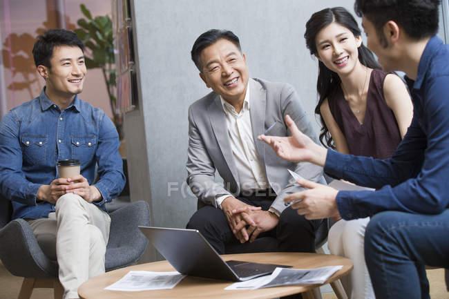 Team di uomini d'affari cinesi lavoro di discussione in riunione — Foto stock