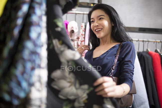 Femme asiatique, faire du shopping dans le magasin de vêtements — Photo de stock