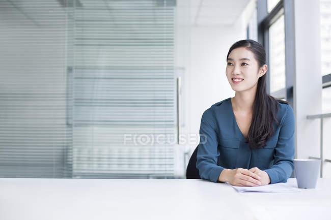 Китайский предприниматель мышление в офисе — стоковое фото