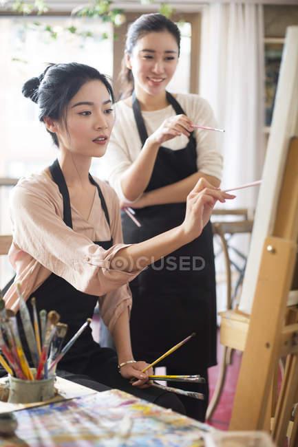 Азіатські жінки живопису в арт-студії — стокове фото
