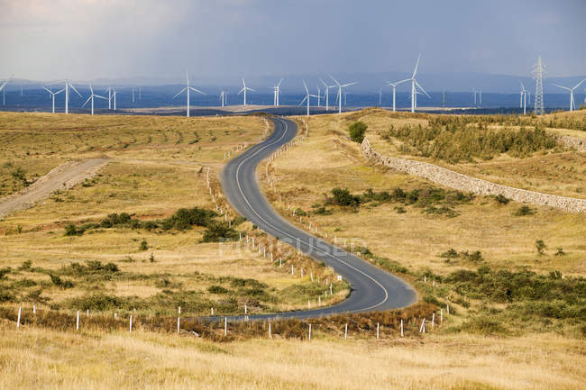 Malerische Aussicht auf Autobahn und Windturbinen in der chinesischen Provinz Innere Mongolei — Stockfoto