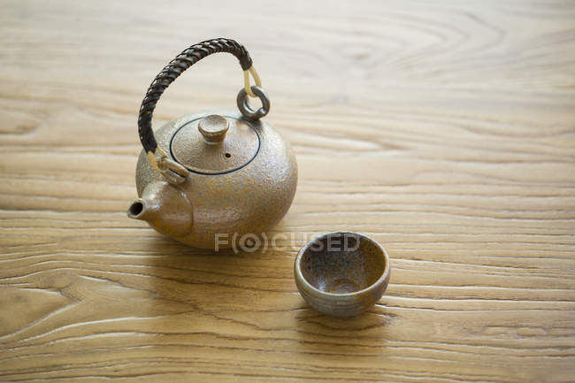 Tasse thé et théière traditionnelle chinoise sur table en bois — Photo de stock