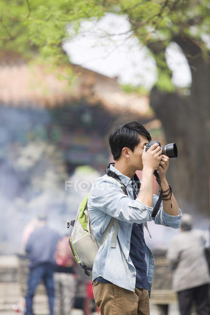Chinese man taking pictures in Lama Temple — Stock Photo