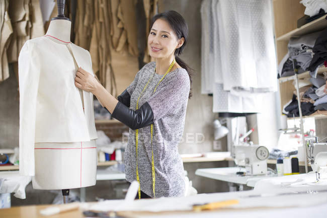 Китайский модельер работает в студии — стоковое фото
