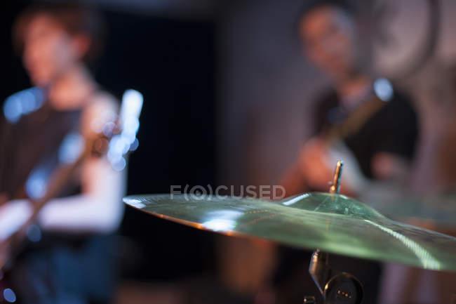 Schlagzeug-Becken mit unscharfen musikalische Band auf der Bühne — Stockfoto