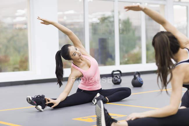 Asiatische Frauen praktizieren Yoga im Fitness-Studio — Stockfoto