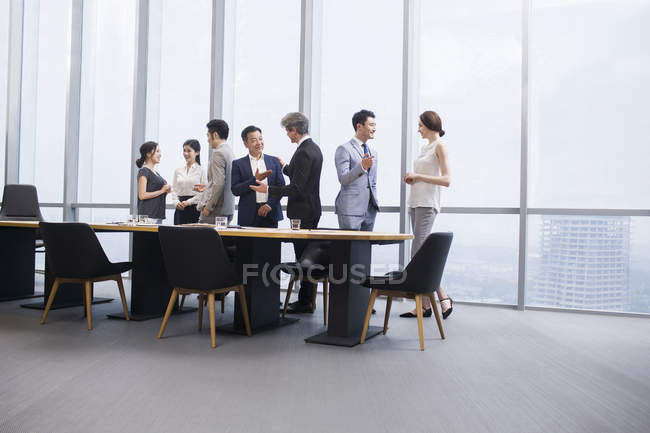 Китайская бизнес-команда встретилась с иностранными партнерами в зале заседаний — стоковое фото