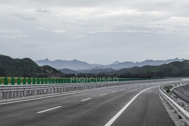 Мальовничий вид на гори шосе в Китаї — стокове фото