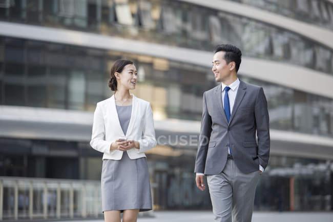Empresarios asiáticos hablando en la calle - foto de stock