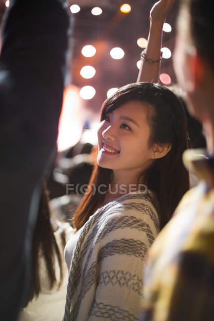 Femme chinoise souriant au festival de musique — Photo de stock