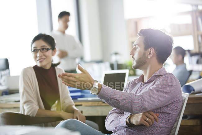 Деловые коллеги разговаривают в офисе — стоковое фото