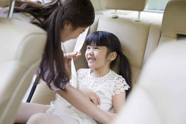Китайский мать крепления ремней для дочери — стоковое фото