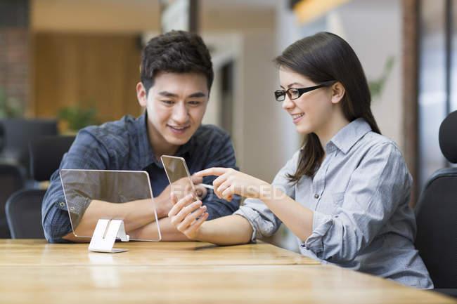 Chinês-trabalhadores desenvolvendo smartphone no escritório — Fotografia de Stock