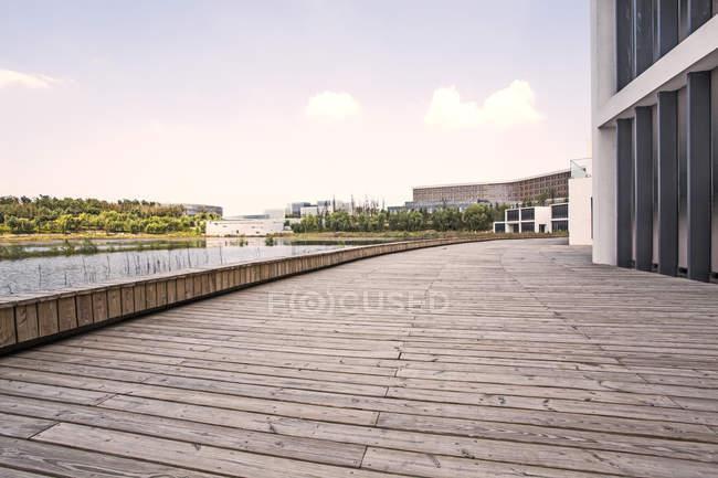 Escena urbana del paseo marítimo a orillas del lago en China - foto de stock
