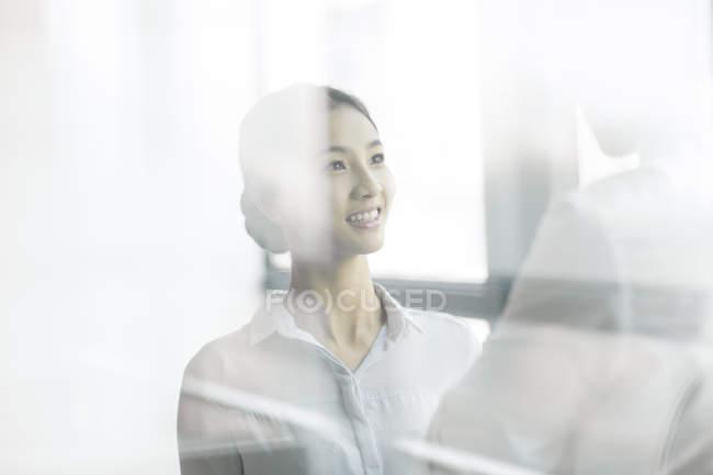 Китайський бізнес-леді і бізнесмен говорити в офісі — стокове фото