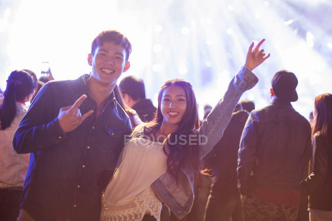 Coppia cinese divertirsi al festival musicale — Foto stock