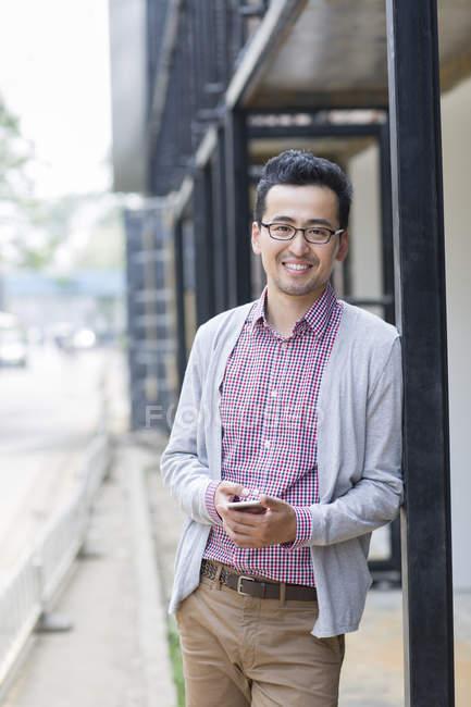 Asiate benutzte Smartphone auf Straße — Stockfoto