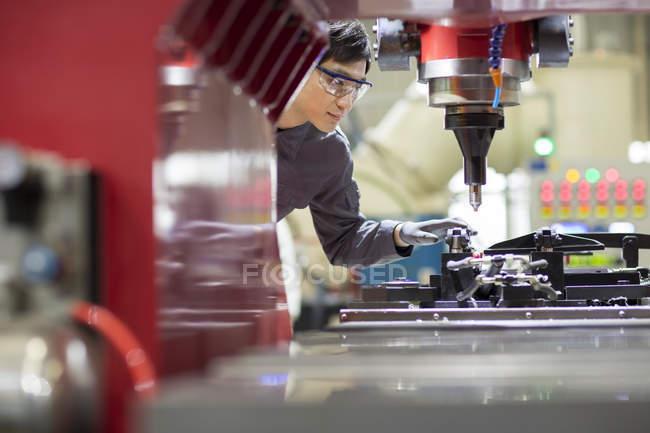 Инженер-китаец, работающий на промышленной фабрике — стоковое фото