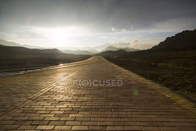Road and mountain range in Gansu province, China — Stock Photo