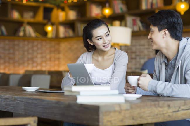 Conversazione nella caffetteria della donna e uomo cinese — Foto stock