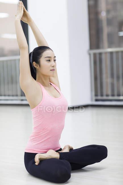 Asiatische Frau praktizieren Yoga im Fitness-Studio — Stockfoto