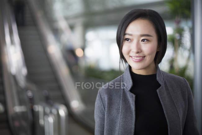 Porträt einer asiatischen Frau, die lächelt und wegschaut — Stockfoto