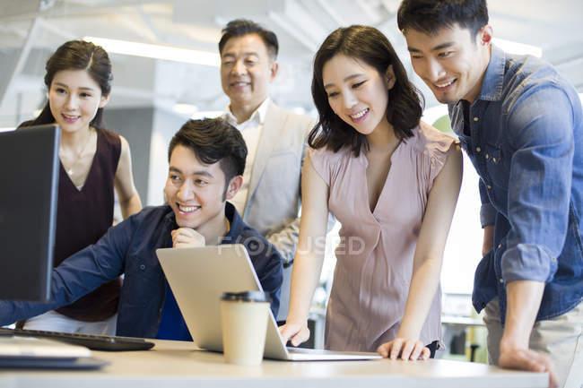 Китайський бізнес команди в роботі з комп'ютером і ноутбук в офісі — стокове фото