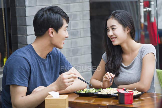 Chinesisches Ehepaar mit Mittagessen — Stockfoto
