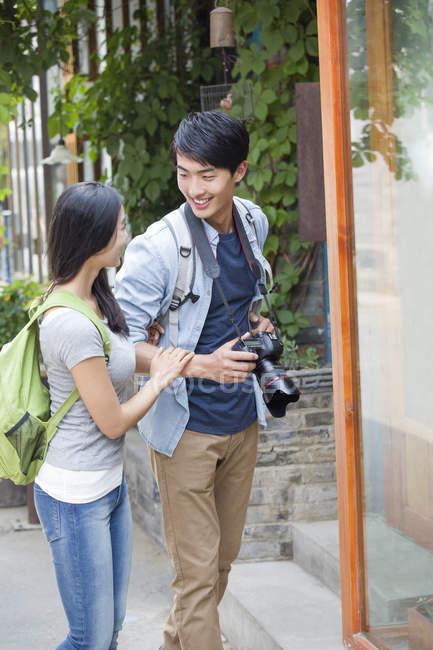 Casal chinês de pé na rua com câmera — Fotografia de Stock