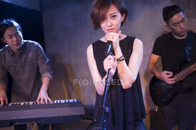 Chinesische Musikband auf der Bühne — Stockfoto