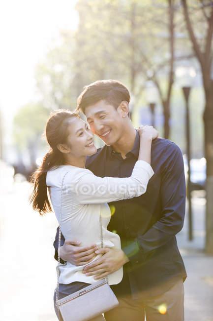China pareja abrazando en la calle - foto de stock