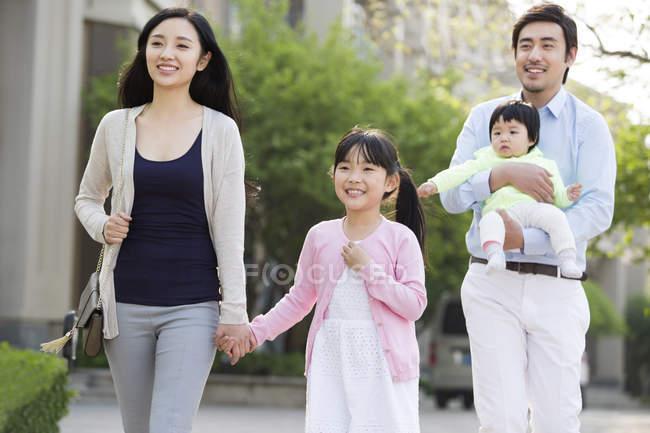 Asiatische Familie läuft mit Baby auf Straße — Stockfoto
