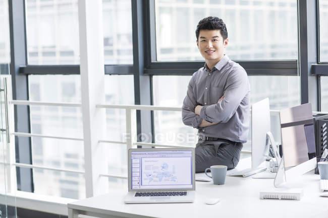 Chinesischer Geschäftsmann am Arbeitsplatz im Büro — Stockfoto