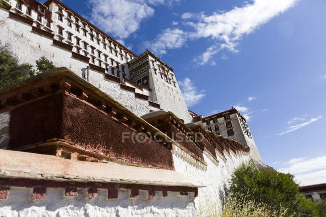 Vue en angle bas du palais Potala au Tibet, Chine — Photo de stock